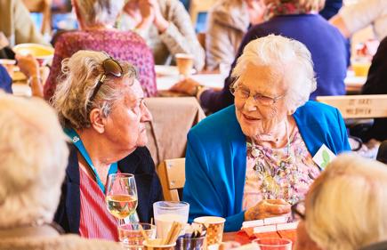 ouderen genieten met elkaar